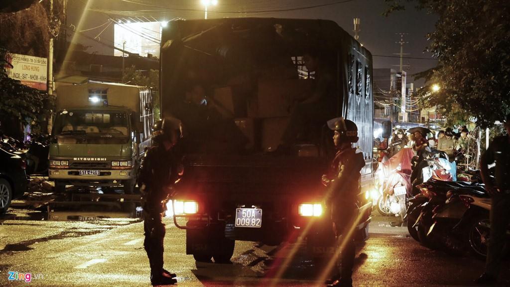 Trăm cảnh sát bồng súng AK, khám xét trụ sở Alibaba xuyên đêm - Ảnh 10.