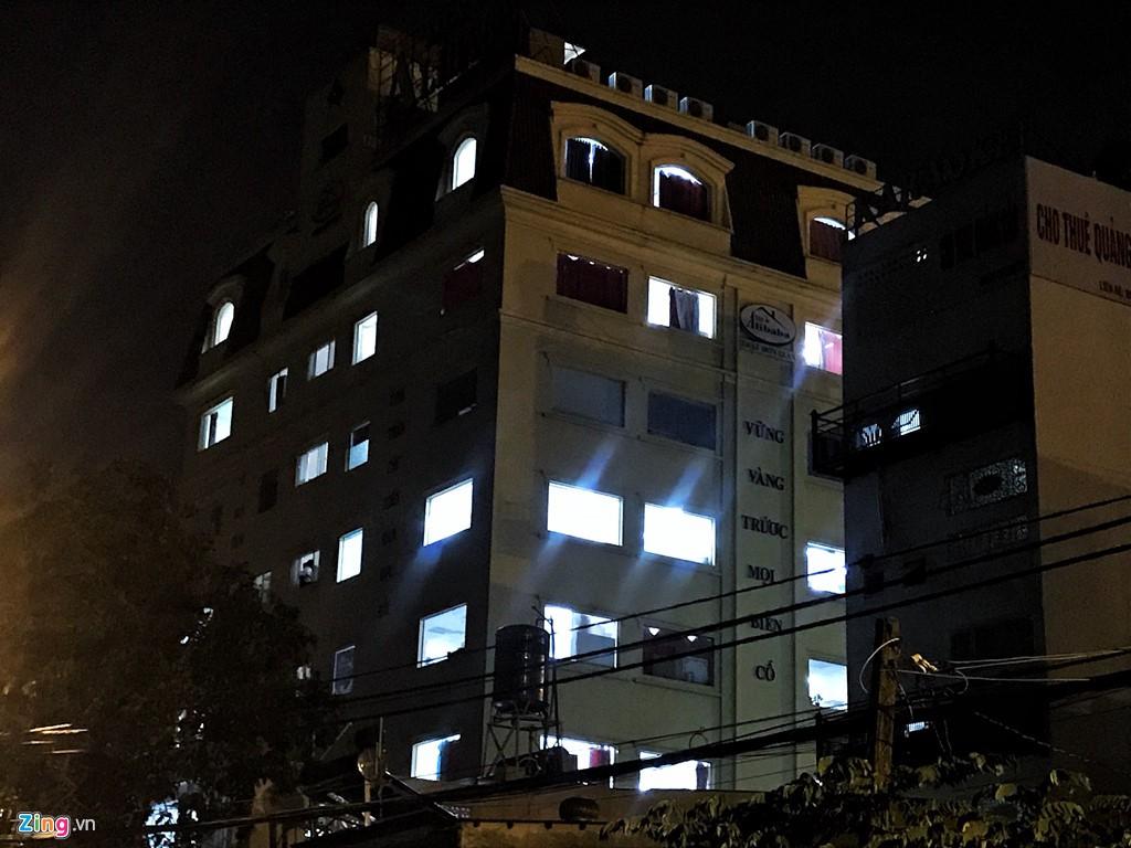 Trăm cảnh sát bồng súng AK, khám xét trụ sở Alibaba xuyên đêm - Ảnh 11.