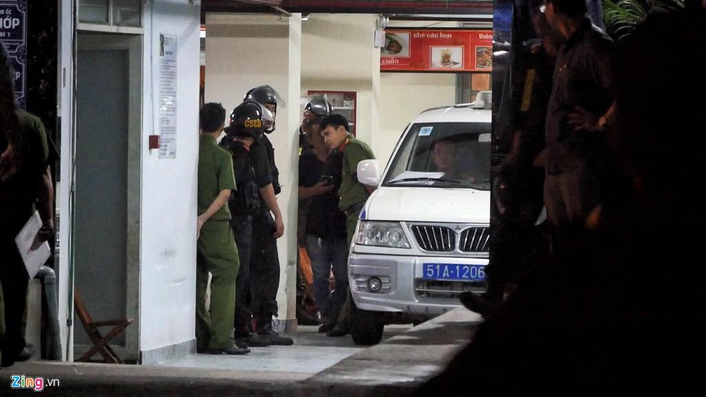 Trăm cảnh sát bồng súng AK, khám xét trụ sở Alibaba xuyên đêm - Ảnh 13.