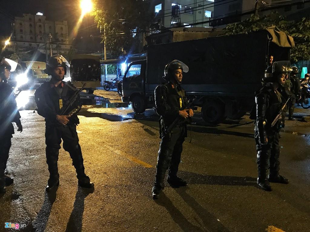 Trăm cảnh sát bồng súng AK, khám xét trụ sở Alibaba xuyên đêm - Ảnh 3.