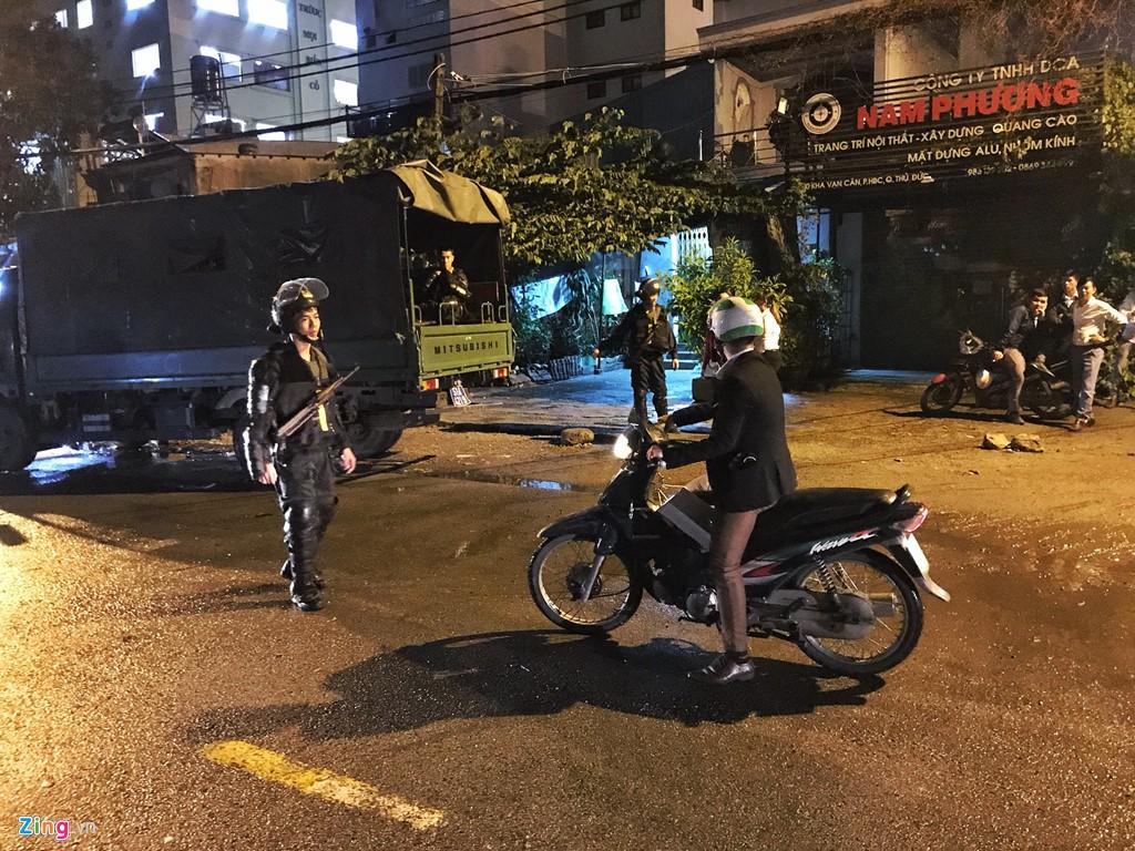 Trăm cảnh sát bồng súng AK, khám xét trụ sở Alibaba xuyên đêm - Ảnh 4.