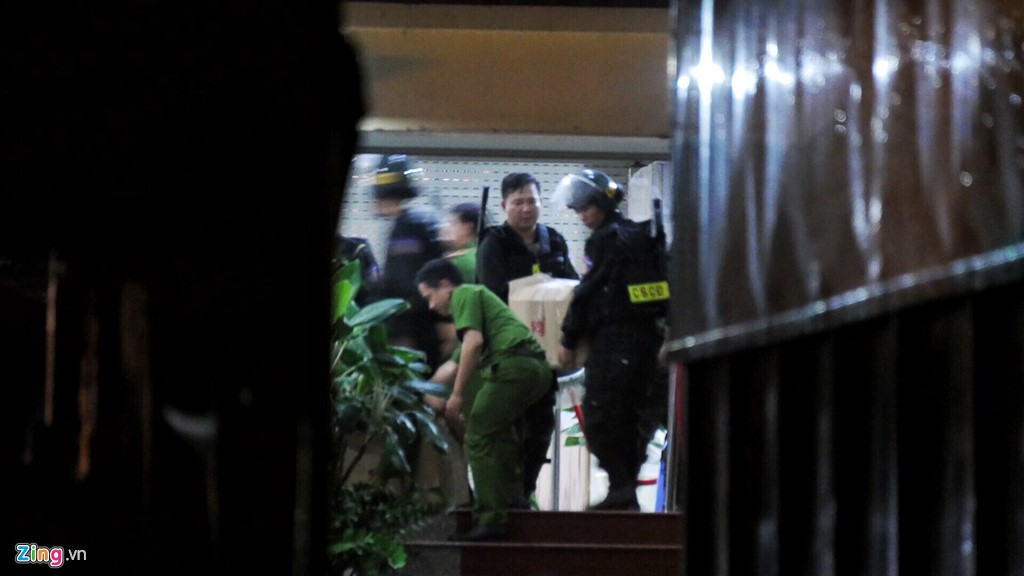 Trăm cảnh sát bồng súng AK, khám xét trụ sở Alibaba xuyên đêm - Ảnh 7.