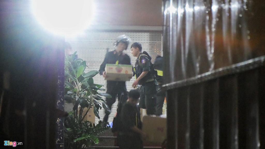 Trăm cảnh sát bồng súng AK, khám xét trụ sở Alibaba xuyên đêm - Ảnh 8.