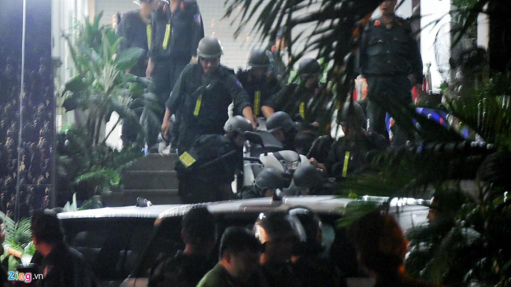 Trăm cảnh sát bồng súng AK, khám xét trụ sở Alibaba xuyên đêm - Ảnh 9.