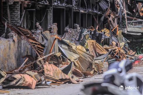 Một tuần sau vụ cháy Rạng Đông: Nhà kho siêu vẹo, chờ sập vẫn chưa được dọn dẹp - Ảnh 2.