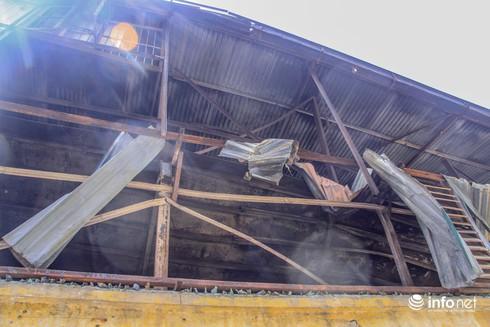 Một tuần sau vụ cháy Rạng Đông: Nhà kho siêu vẹo, chờ sập vẫn chưa được dọn dẹp - Ảnh 3.