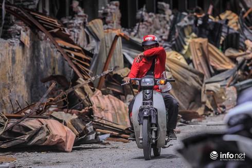 Một tuần sau vụ cháy Rạng Đông: Nhà kho siêu vẹo, chờ sập vẫn chưa được dọn dẹp - Ảnh 4.