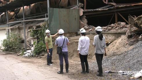Một tuần sau vụ cháy Rạng Đông: Nhà kho siêu vẹo, chờ sập vẫn chưa được dọn dẹp - Ảnh 6.