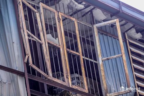 Một tuần sau vụ cháy Rạng Đông: Nhà kho siêu vẹo, chờ sập vẫn chưa được dọn dẹp - Ảnh 9.