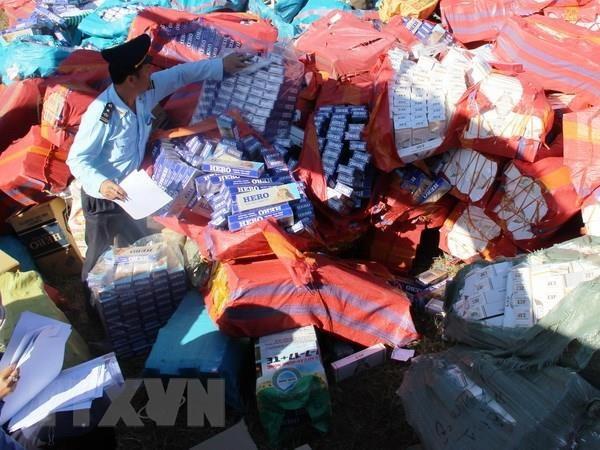 Ngụy trang gần 35.000 bao thuốc lá nhập lậu trong thùng bánh kẹo - Ảnh 1.
