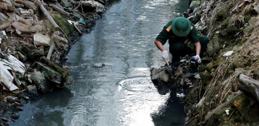 12/13 mẫu bùn sông Tô Lịch cách cống xả Công ty Rạng Đông 1km có thuỷ ngân vượt 6,1 lần ngưỡng cho phép - Ảnh 1.