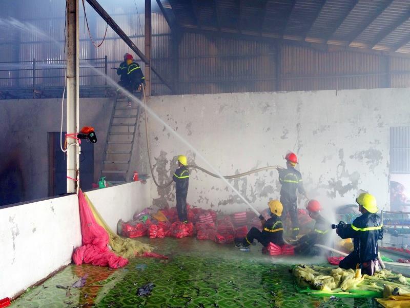 Cháy Công ty sản xuất chăn, gối có chứa hàng trăm bình gas - Ảnh 1.