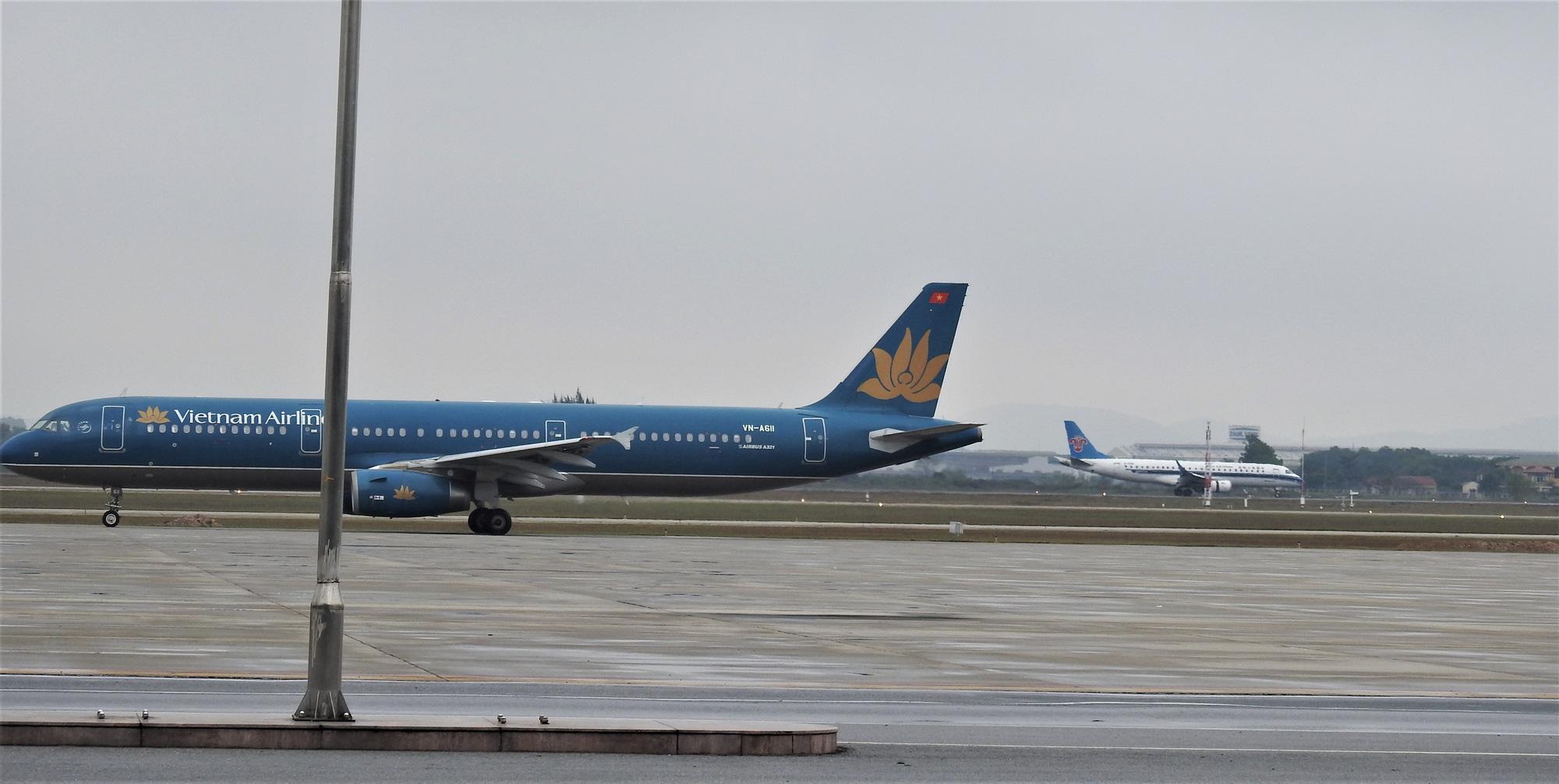 Một tiếp viên Vietnam Airlines dương tính với COVID-19 sau khi bay về từ Anh, là ca thứ 35 của Việt Nam - Ảnh 1.