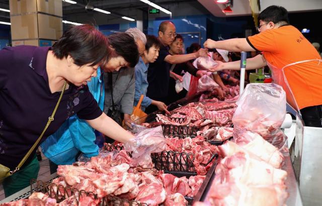 Người dân Trung Quốc trước nỗi lo nhịn ăn thịt lợn dịp Tết - Ảnh 1.