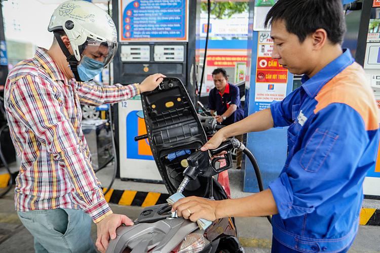 Giá xăng có thể tăng nhẹ ngày mai - Ảnh 1.