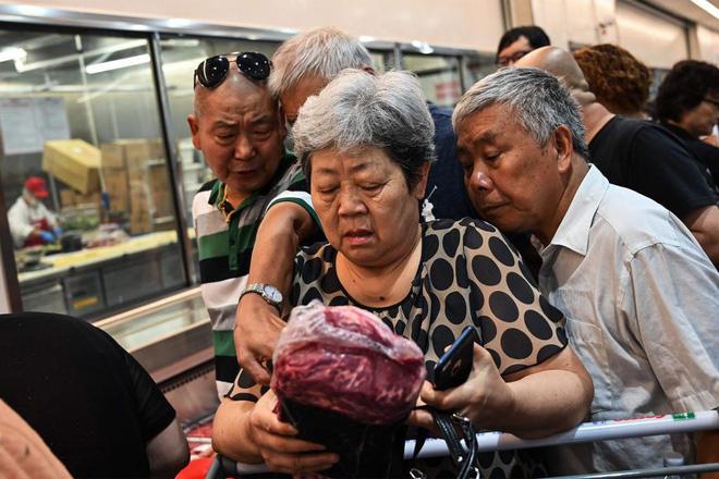 Người dân Trung Quốc trước nỗi lo nhịn ăn thịt lợn dịp Tết - Ảnh 2.