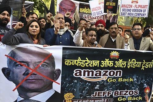 Biểu tình phản đối Jeff Bezos đầu tư 1 tỉ USD vào Ấn Độ - Ảnh 1.