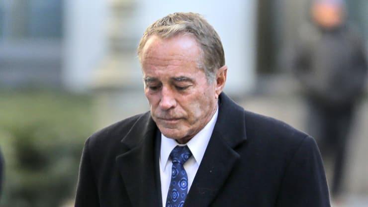 Cựu nghị sĩ Mỹ phải ngồi tù 26 tháng vì tuồn tin mật cho con trai bán tháo cổ phiếu - Ảnh 1.
