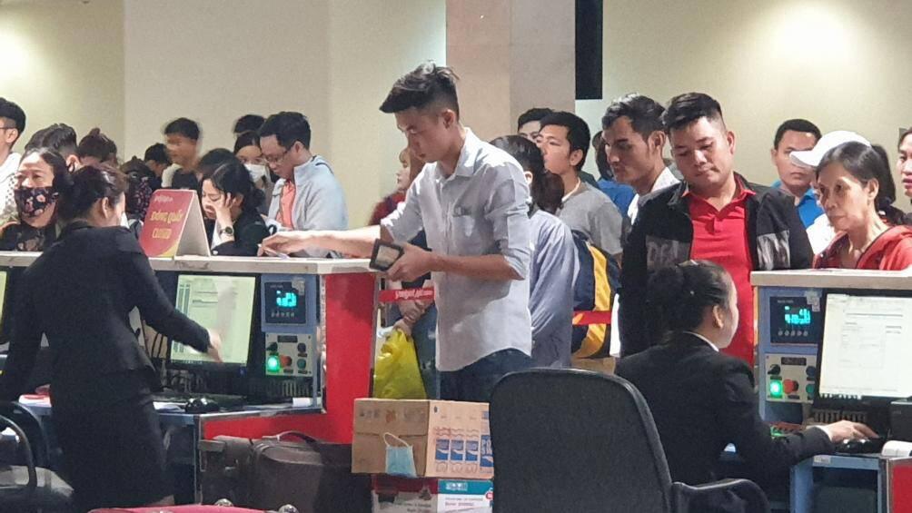 Nghìn người vạ vật ở Tân Sơn Nhất chờ lên máy bay về quê ăn Tết - Ảnh 2.