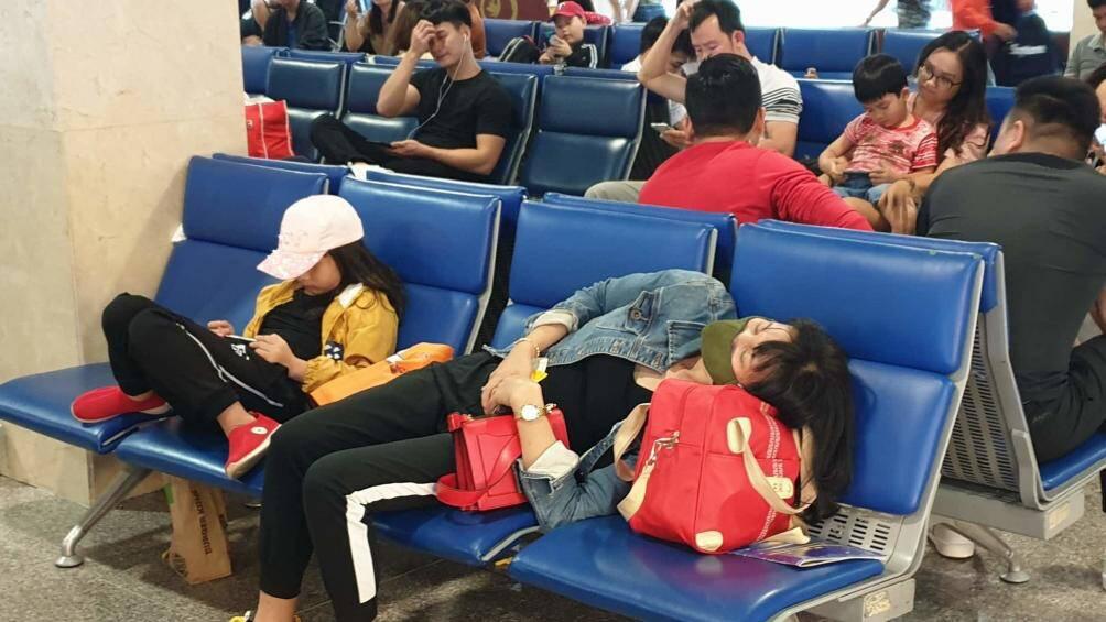 Nghìn người vạ vật ở Tân Sơn Nhất chờ lên máy bay về quê ăn Tết - Ảnh 8.