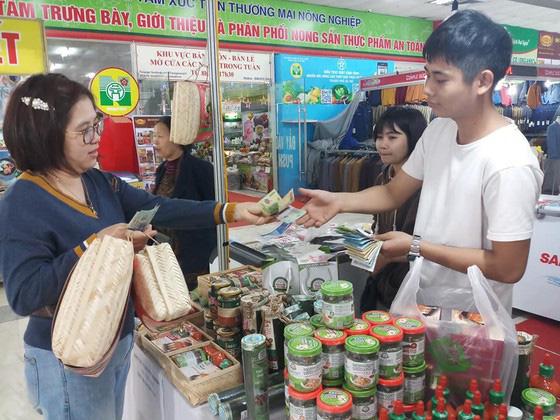 Các doanh nghiệp tăng thêm 20-25% hàng hóa cho người dân mua sắm tết - Ảnh 1.