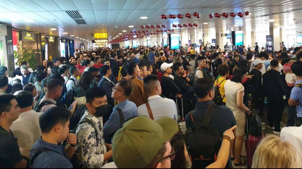 Nghìn người vạ vật ở Tân Sơn Nhất chờ lên máy bay về quê ăn Tết - Ảnh 3.