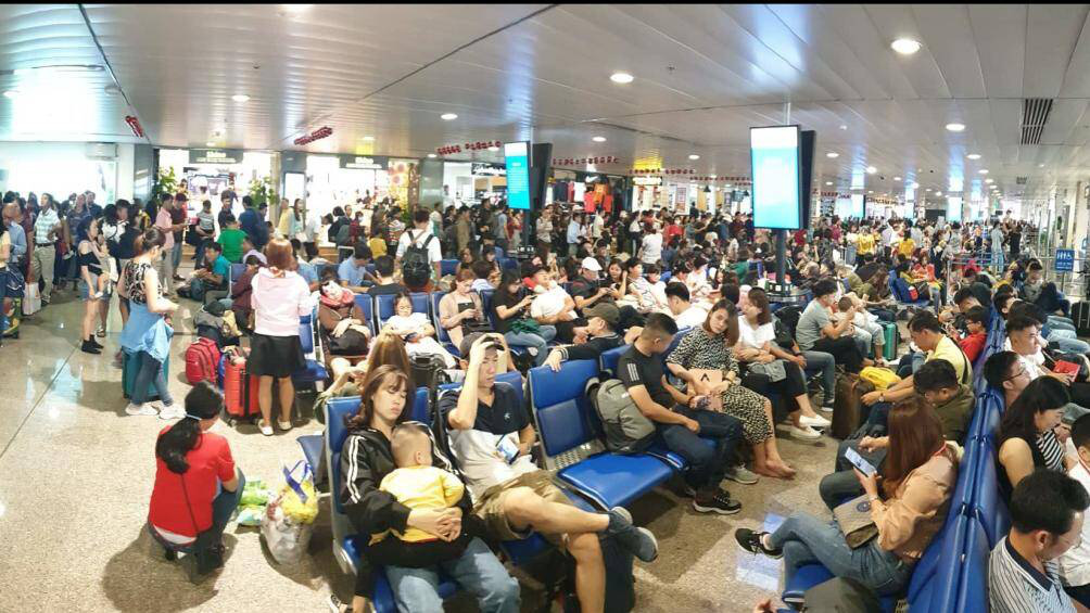 Nghìn người vạ vật ở Tân Sơn Nhất chờ lên máy bay về quê ăn Tết - Ảnh 4.