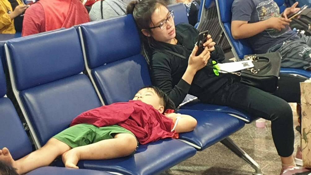 Nghìn người vạ vật ở Tân Sơn Nhất chờ lên máy bay về quê ăn Tết - Ảnh 6.