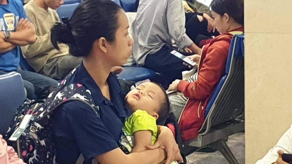 Nghìn người vạ vật ở Tân Sơn Nhất chờ lên máy bay về quê ăn Tết - Ảnh 1.