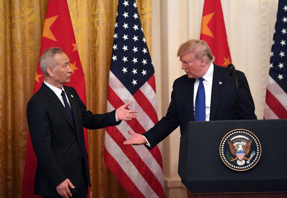 Bloomberg: Thỏa thuận thương mại sơ bộ - chiếc khiên chắn cho ông Trump trước phiên tòa luận tội và bầu cử tổng thống - Ảnh 1.