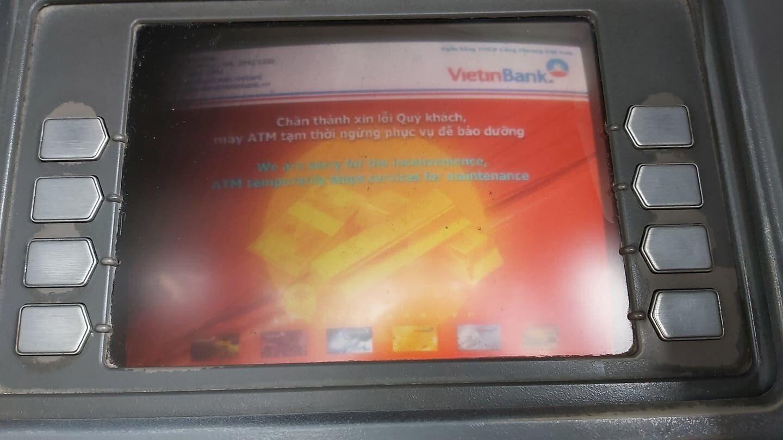 ATM đồng loạt 'nghỉ Tết' sớm, khách chạy vạy tìm chốn rút tiền - Ảnh 1.