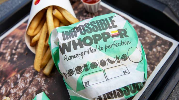 Burger King, McDonald's khởi động cuộc đua giảm giá để hút thực khách ăn thịt chay - Ảnh 1.
