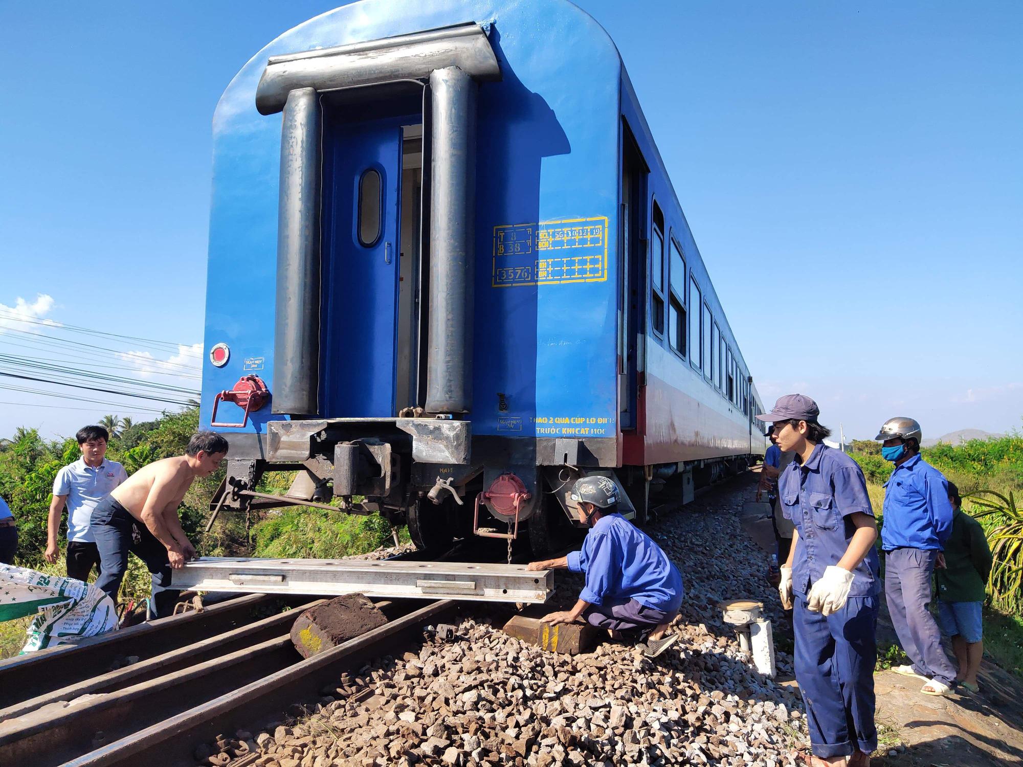 Tàu trật đường ray, đường sắt Bắc - Nam tê liệt - Ảnh 1.