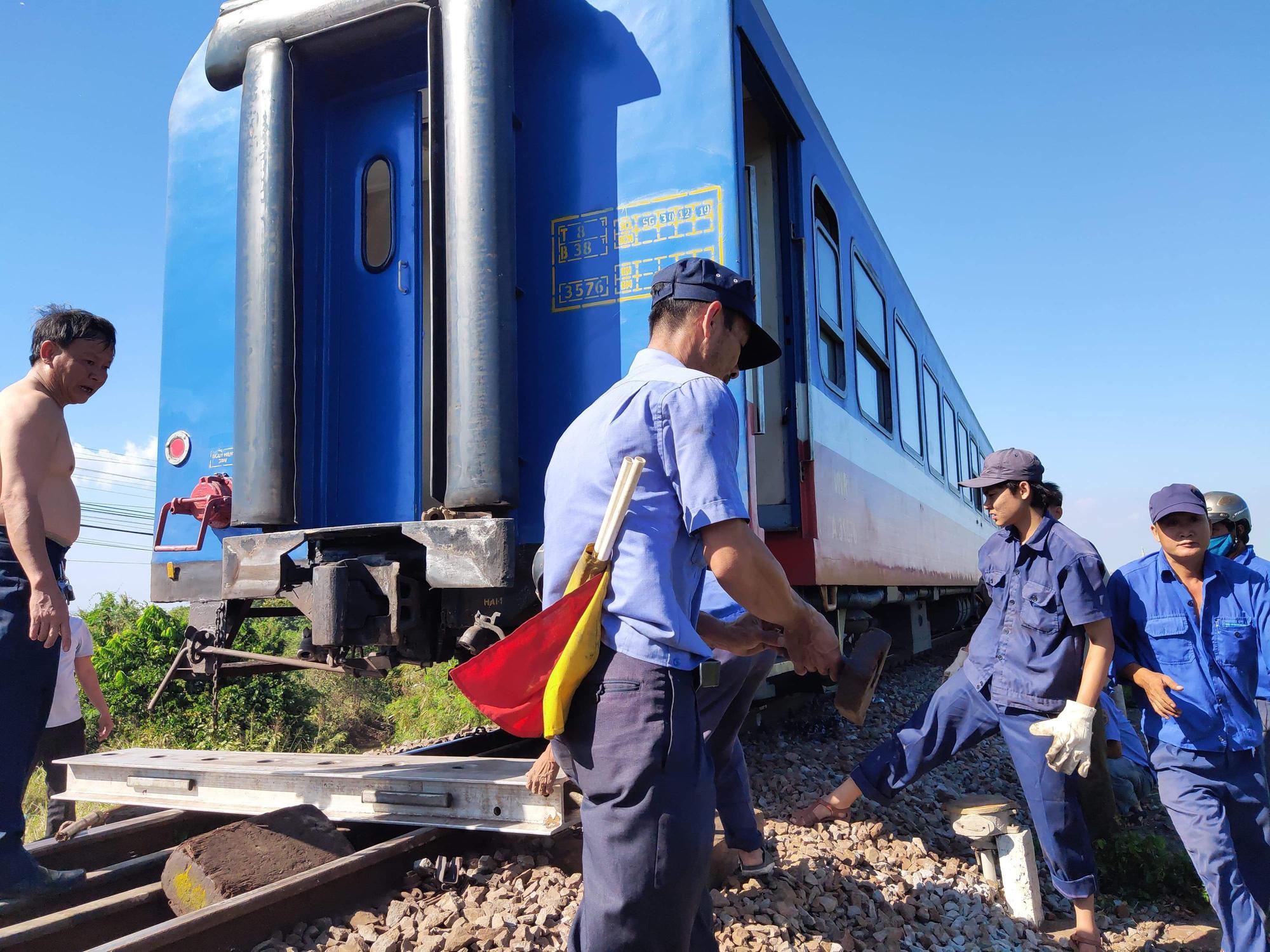 Tàu trật đường ray, đường sắt Bắc - Nam tê liệt - Ảnh 2.