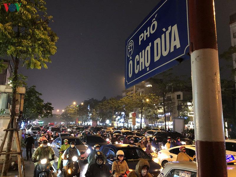Dòng xe cộ cuồn cuộn đội mưa rét ngày cận Tết Canh Tý 2020 - Ảnh 8.
