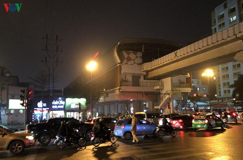 Dòng xe cộ cuồn cuộn đội mưa rét ngày cận Tết Canh Tý 2020 - Ảnh 9.
