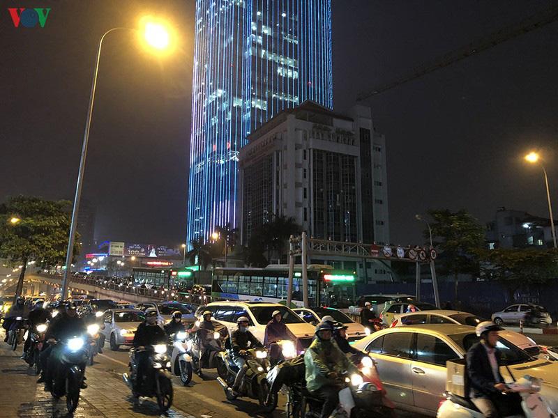 Dòng xe cộ cuồn cuộn đội mưa rét ngày cận Tết Canh Tý 2020 - Ảnh 14.