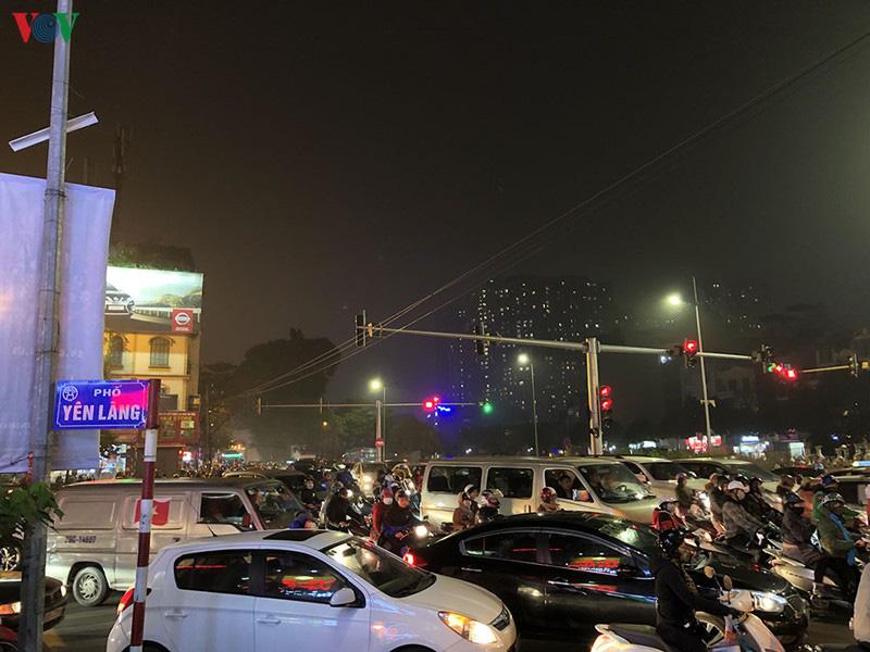 Dòng xe cộ cuồn cuộn đội mưa rét ngày cận Tết Canh Tý 2020 - Ảnh 16.