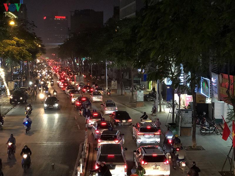 Dòng xe cộ cuồn cuộn đội mưa rét ngày cận Tết Canh Tý 2020 - Ảnh 13.