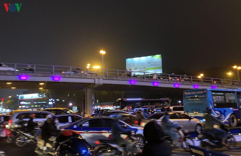 Dòng xe cộ cuồn cuộn đội mưa rét ngày cận Tết Canh Tý 2020 - Ảnh 17.