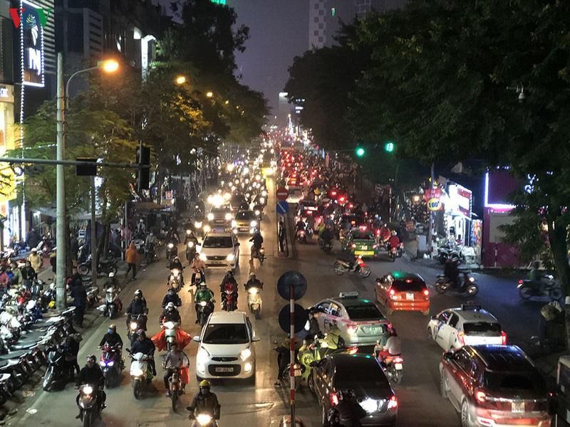 Dòng xe cộ cuồn cuộn đội mưa rét ngày cận Tết Canh Tý 2020 - Ảnh 18.