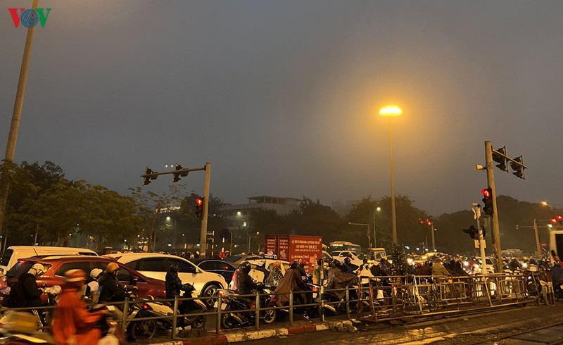 Dòng xe cộ cuồn cuộn đội mưa rét ngày cận Tết Canh Tý 2020 - Ảnh 5.