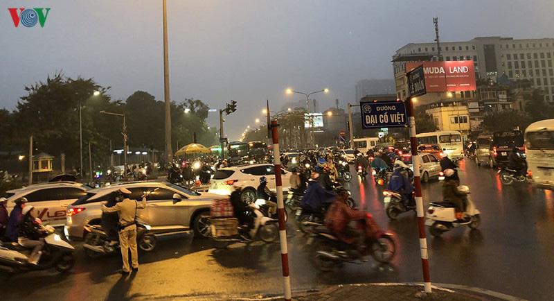 Dòng xe cộ cuồn cuộn đội mưa rét ngày cận Tết Canh Tý 2020 - Ảnh 6.