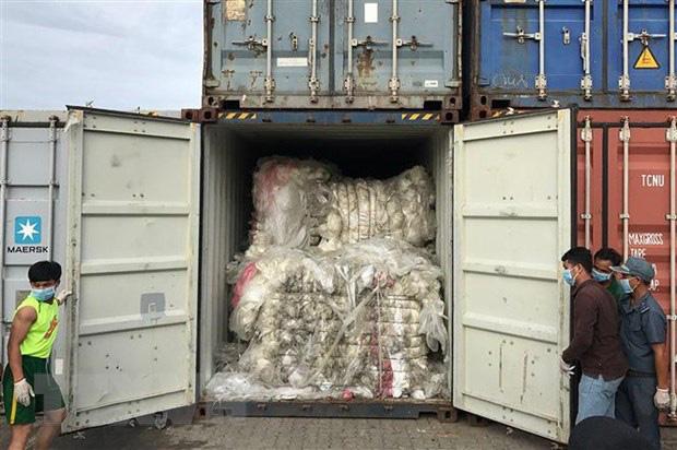 Malaysia tiếp tục gửi trả hơn 100 container rác thải nhựa - Ảnh 1.