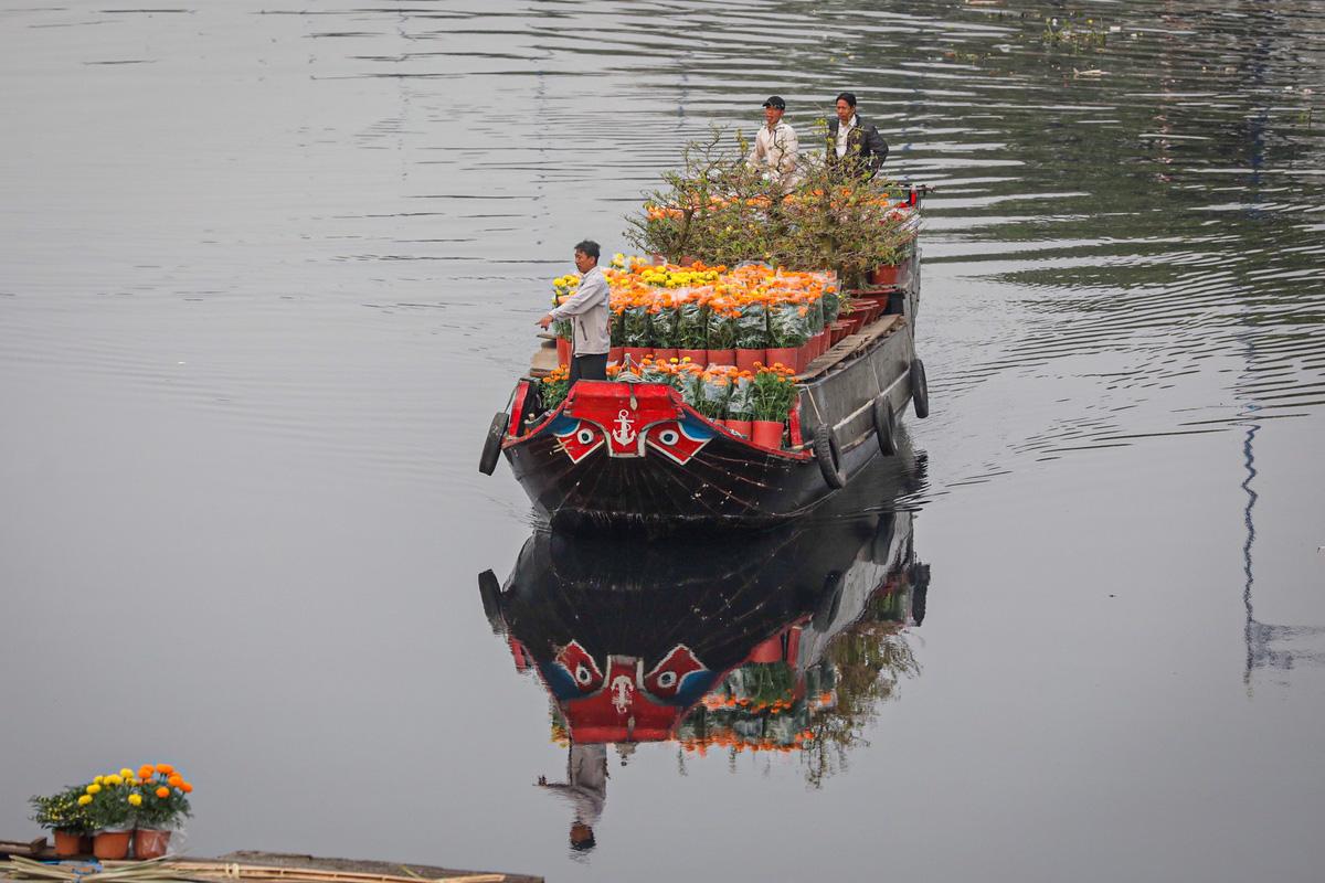 Chợ hoa 'trên bến dưới thuyền' - Ảnh 1.