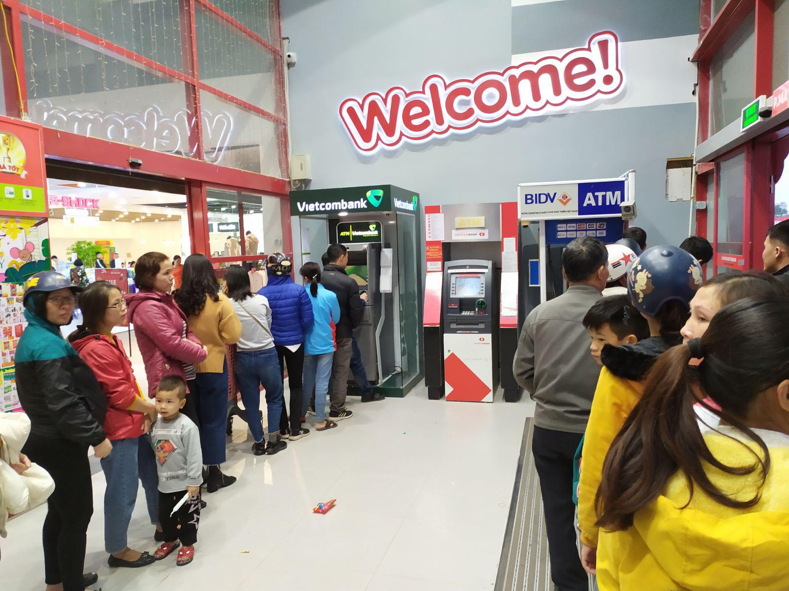 Nam Định: Nhiều cây ATM thất thủ vì lượng người rút tiền quá lớn - Ảnh 1.