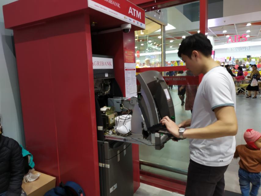 Nam Định: Nhiều cây ATM thất thủ vì lượng người rút tiền quá lớn - Ảnh 5.