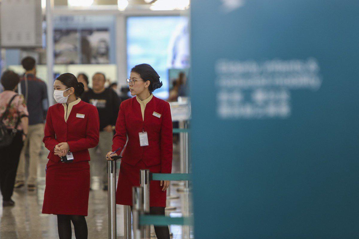 Bệnh viêm phổi lạ bùng phát, phi hành đoàn được phép đeo khẩu trang y tế khi bay - Ảnh 1.