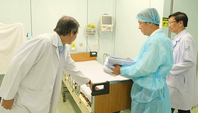 Nhân viên y tế không nghỉ Tết ứng phó viêm phổi Vũ Hán - Ảnh 2.