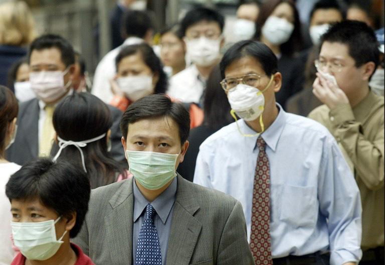 Giá khẩu trang ở Hong Kong tăng vọt vì dân đổ xô đi mua - Ảnh 1.